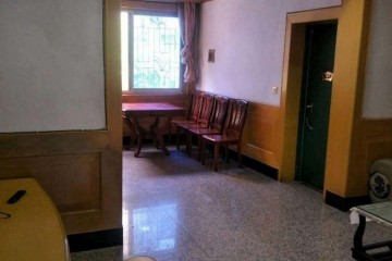 东南路三室两厅出租,位于二楼,有大阳台(阳光房).